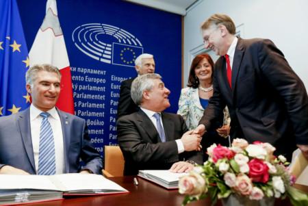 Bernd Lange bei der Gesetzes-Unterzeichnung