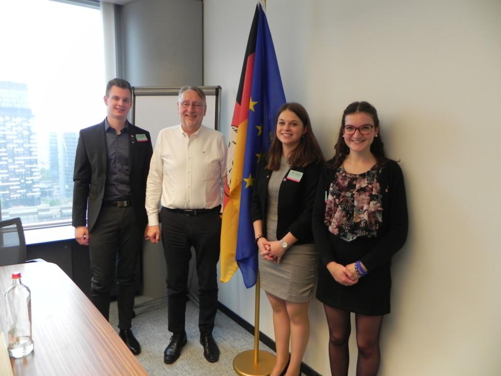 Bernd Lange mit Aktivist*innen von Pulse of Europe Niedersachsen in seinem Büro in Brüssel.
