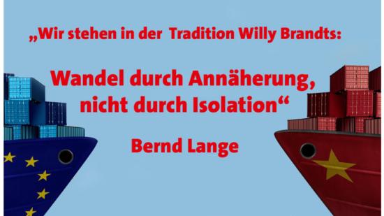 """Symbolbild zum EU-Vietnam-Handelsabkommen mit zwei Containerschiffen und einem Zitat von Bernd Lange: """"Wir stehen in der Tradition Willy Brandts: Wandel durch Annhöherung, nicht durch Isolation."""""""
